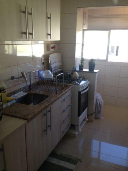 Apartamento todo reformado, ficam split, cozinha, roupeiro e luminárias. Piso em porcelanato. Financiado pela Caixa com saldo atual de R 50.000,00.