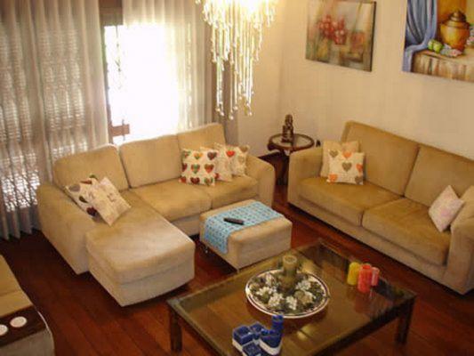 Casa com cozinha mobiliada, dependência de empregada completa, lareira, churrasqueira, uma suíte com closet ou 5 dormitório, aquecimento solar, piscina, canil, escada de mármore, living em tabuão.