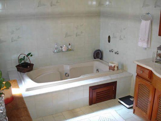 Casa com cozinha mobiliada, dependência de empregada completa, lareira, churrasqueira, uma suíte com closet ou 5º dormitório, aquecimento solar, piscina, canil, escada de mármore, living em tabuão.