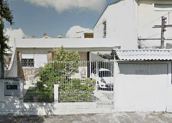 Casa com 4 dormitórios, sendo 1 suíte, lareira, churrasqueira, piscina, vaga para 3 carros. Terreno 10X30 ( 300m) Aceita proposta.