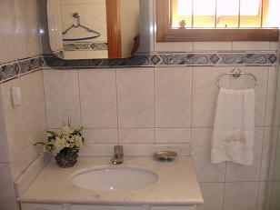EXCELENTE residência para vender no bairro Jardim Planalto com 4 dormitórios , armários em 2,  4 suites  c/ hidro em 1,  closet em 1 dormitório,   living,   em tabuão,com lareira,   sacada com churrasqueira e piscina,   hall,   lavabo,   gabinete,   estar íntimo,   sala de jantar,   copa/cozinha,   dormitório de empregada,   área serviço. Edifício em ótimo estado de conservação,  jardim, gradil,  área social em tabuão,seis banheiros,área intima em laminado,academia c/teto rebaixado em gesso e sauna,possibilidade de elevador,dois jardins de inverno,mini lago com carpas.